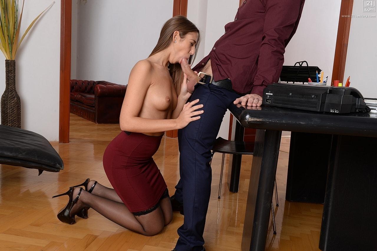 подружки секретарша в чулках отсасывает какой маленький